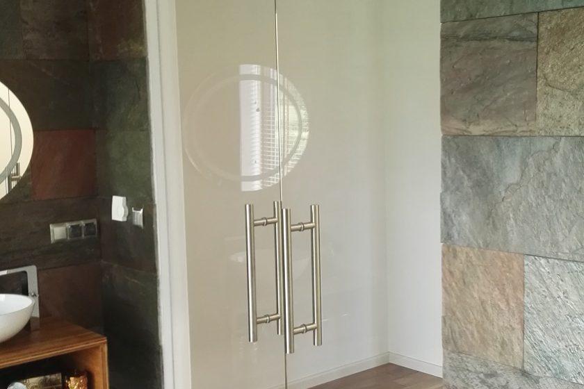 Drzwi wahadłowe szklane do łazienki